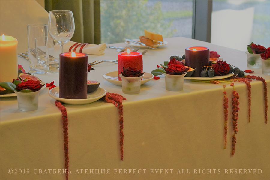 маса младоженци - Ефектна сватбена декорация в цвят марсала и розово. Сватбена декорация в Holiday Inn София. Смокини, свещи, сватбена украса