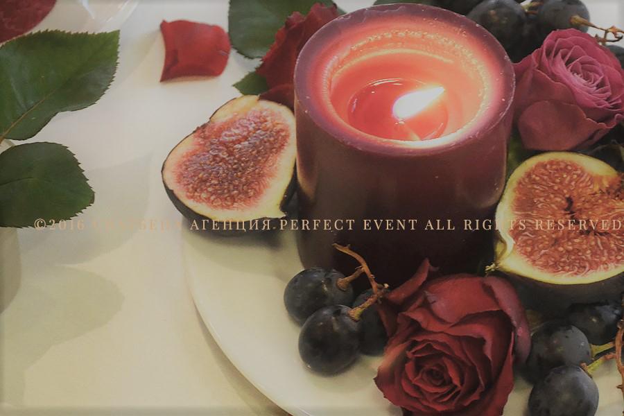 Ефектна сватбена декорация в цвят марсала и розово. Сватбена декорация в Holiday Inn София. Смокини, свещи, сватбена украса