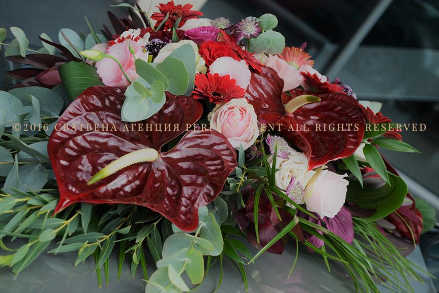 сватбена украса автомобил младоженци - в розово и цвят марсала