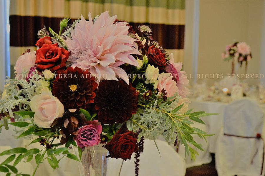Висока аранжировка - Ефектна сватбена декорация в цвят марсала и розово. Сватбена декорация в Holiday Inn София. Смокини, свещи, сватбена украса